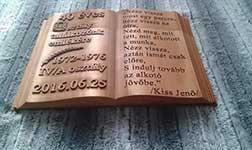 Fából készült emlékkönyv