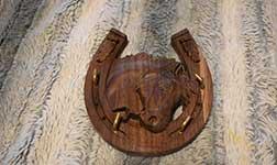 Lovas fafaragott kulcstartó, ajándéktárgy, egyedi tervezés.
